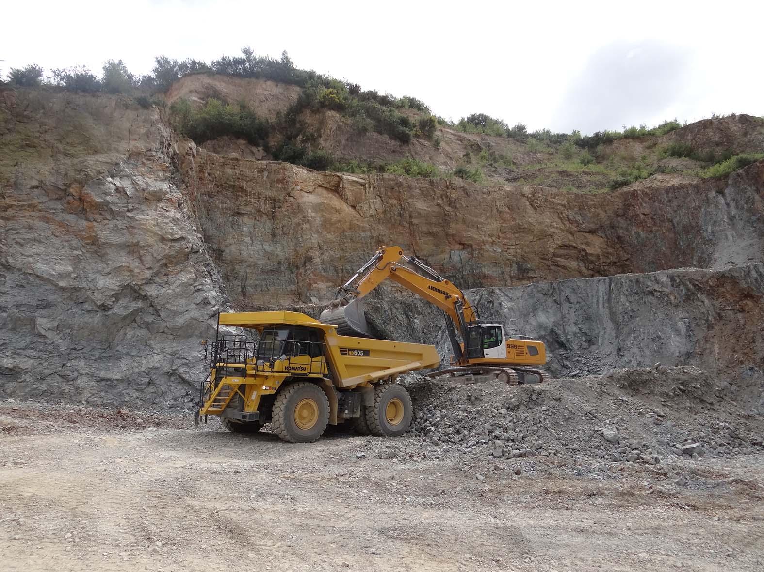 Dumper et pelle - Le Roux TP - Carrière - Engins et matériels - Engins à la production